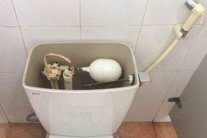 Thợ sửa chữa van cấp nước bồn cầu tại nhà